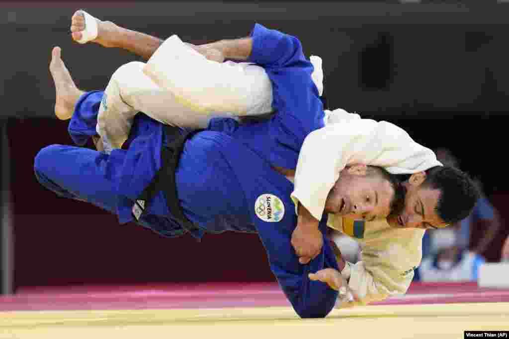 Георгий Зантарая из Украины (вверху) и Адриан Гомбоч из Словении в матче по дзюдо среди мужчин в весовой категории до 66 кг на летних Олимпийских играх 2020 года в воскресенье, 25 июля 2021 года, в Токио, Япония