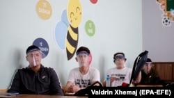 """Nxënësit e shkollës """"Faik Konica"""" në Prishtinë mbajnë maskat mbrojtëse gjatë procesit mësimor."""
