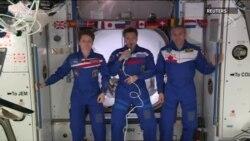 """HKS-yň ekipažy """"Crew Dragon"""" gämisinde gelen astronawt-manekeni garşy aldy"""