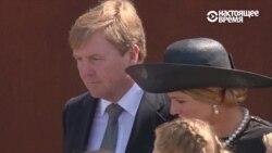 Король и королева Нидерландов кладут подсолнухи к памятнику погибшим в катастрофе МН17
