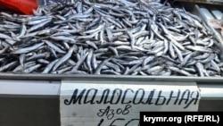 Азовская хамса на рыбном рынке в Керчи, апрель 2021 года
