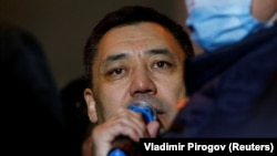 Майдондаги митингчилар олдида нутқ сўзлаётган Садир Жапаров, Бишкек, 2020 йил 14 октябри.