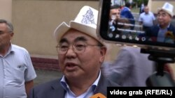 Аскар Акаев дает интервью журналистам после допроса в ГКНБ. 2 августа 2021 года.