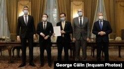 Dan Barna, președintele USR (stânga), premierul Florin Cîțu, Ludovic Orban, președintele PNL, Kelemen Hunor, președintele UDMR, Dacian Cioloș, președinte PLUS (dreapta) în momentul semnării acordul de colaborare guvernamentală, decembrie 2020, Palatul Parlamentului.