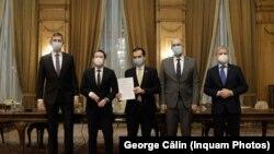 Liderii Coaliției au semnat un acord de guvernare la finalul lunii decembrie. Dan Barna (stânga), Florin Cîțu, Ludovic Orban (centru), Kelemen Hunor și Dacian Cioloș (dreapta)