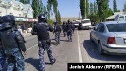 Кыргызские войска собираются в селе Кок-Таш, на границе Кыргызстана и Таджикистана, 29 апреля 2021 года.