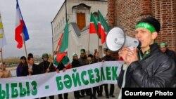 Яшь татар активистлары узган елгы Хәтер көнендә. Уңда Наил Нәбиуллин.