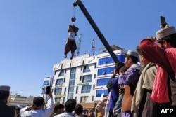 Тялото на един от убитите заподозрени за отвличане в Херат, 25 септември 2021 г.