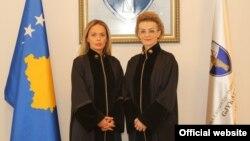 Kryetarja e re e Gjykatës Kushtetuese të Kosovës, Gresa Caka-Nimani (majtë) dhe ish- kryetarja, Arta Rama-Hajrizi (djathtë).