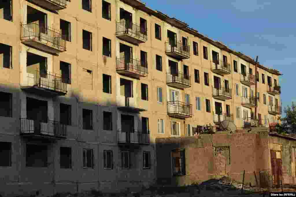 Кентаудағы бос қалған көпқабатты тұрғын үй.