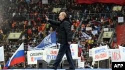 Русия - Номзад ба мақоми президентӣ, Владимир Путин ба ҷонибдоронаш дар варзишгоҳи Лужники сипос мегӯяд. 23 феврали соли 2012.