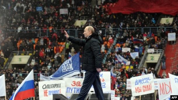 Vladimir Putin Moskvada seçicilərlə görüşərkən, 23 fevral 2012