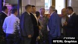 На виході з ресторану журналісти зафіксували і самого олігарха-іменинника