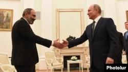 Президент России Владимир Путин (справа) приветствует премьер-министра Армении Никола Пашиняна в Кремле, Москва, 13 июня 2018 г.
