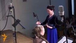 Кыргызстанка дирижирует хором в Москве