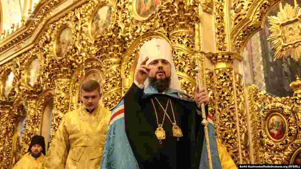 15 декабря в Киеве в Софийском соборе состоялся Объединительный собор по созданию единой украинской поместной православной церкви, который выбрал ее предстоятелем митрополита Епифания.