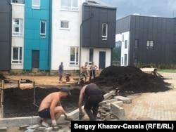 Алексей Борисов благоустраивает территорию рядом со своим таунхаусом в микрорайоне Белый Город