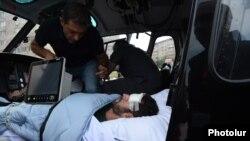 Արցախում վիրավորված ֆրանսիացի լրագրողը շտապօգնության մեքենայում։