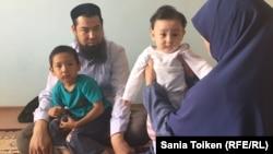 Оралман из Ирана Исрафил Баги с супругой и детьми. Актау, 10 июня 2017 года.