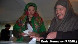 На избирательном участке в день выборов городского совета. Ош, 4 марта 2012 года.