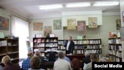 Илья Новиков читает лекцию по ЖКХ для жителей