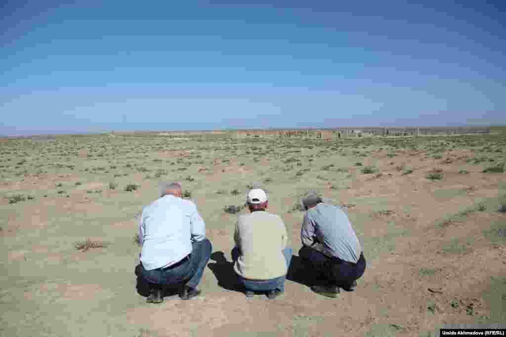 Нуржан с гостями у кладбища, читают Коран. Казахи уезжают из села, оставляя могилы предков.