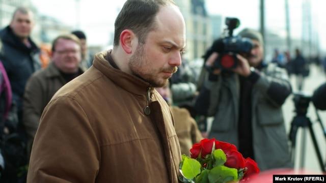 Владимир Кара-Мурза-младший около импровизированного мемориала памяти Бориса Немцова, 28 марта 2015 года