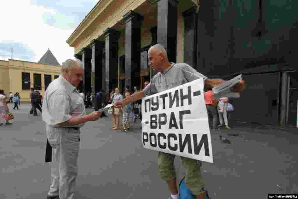Первые оппозиционные плакаты на акции