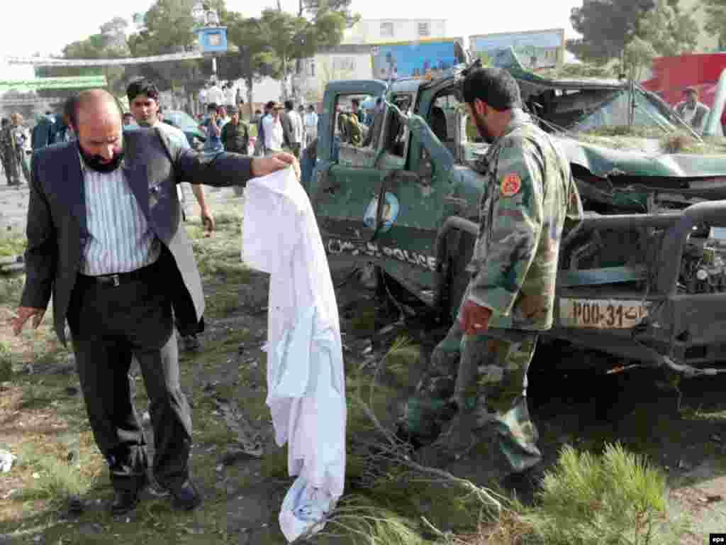 На западе Афганистана в городе Герат по меньшей мере 12 человек погибли и 20 получили ранения в результате взрыва на пути следования армейской колонны