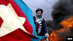 Демонстрант-курд із прапором «Робітничої партії Курдистану», архівне фото
