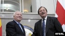Министр иностранных дел Испании Мигель Анхель Моратинос (слева) и министр иностранных дел Грузии Григол Вашадзе