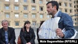 На 17-й день забастовки чиатурские горняки появились у Госканцелярии в Тбилиси