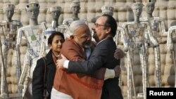 Индия премьер-министри Нарендра Моди менен Франциянын президенти Француа Олланд кучакташып, көрүшүүдө. 24-январь, 2016-жыл