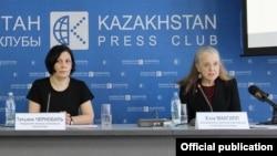 Amnesty International ұйымының Қазақстандағы зерттеушісі Хэза Макгилл (оң жақта) мен Қазақстандағы кеңесшісі Татьяна Чернобиль, Алматы, 22 ақпан 2018 жыл.