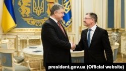 Ukrainian President Petro Poroshenko (left) talks with U.S. special envoy Kurt Volker on January 23.