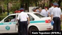 Полицейлер өзбек босқындарының әйелдерін тұтқындап жатыр. Алматы, 9 маусым 2011 жыл.