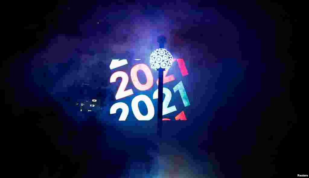 Topi, simbol i festimeve, ngrihet në sheshin Times Square të Nju Jorkut.