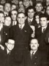 Bucureşti, februarie 1948: Nicolae Ceauşescu și Gheorghe Gheorghiu-Dej în mijlocul unui grup de participanţi la Congresul al VI-lea al P.C.R. Sursa: Fototeca online a comunismului românesc, cota.1/1948