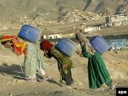 Молодые женщины несут воду. Кабул, 13 мая 2007 года.