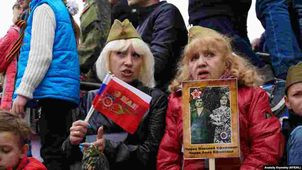 Військова техніка, діти, одягнені в стилізовану армійську форму, хода «Безсмертного полку» – у великих містах Криму 9 травня відзначали радянське і російське свято День перемоги