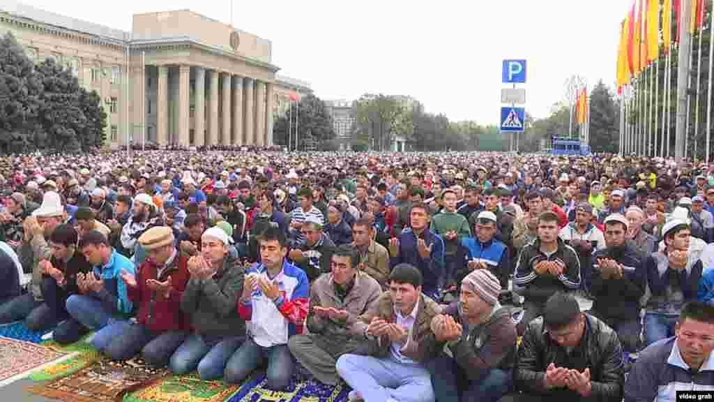 Мусульмане в Кыргызстане совершают намаз на старой площади