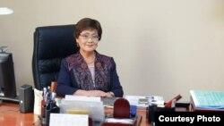 Профессор Гүлмира Мамбеталиева кеңсесинде.