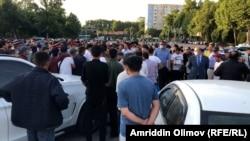 Сотни трудовых мигрантов собрались у душанбинского аэропорта. Май 2021