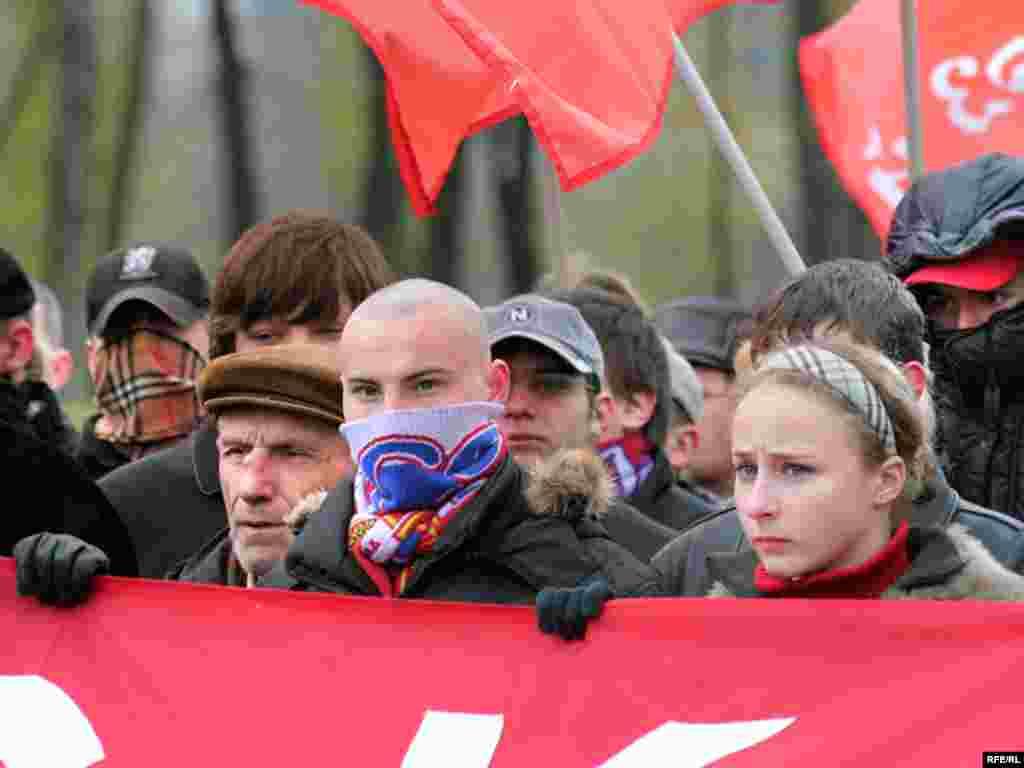 Многие участники марша прикрывали свои лица масками и шарфами
