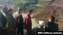 Представители МЧС на месте схода оползня в Сузакском районе. 30 апреля.