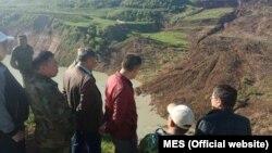 Өзгөчө кырдаалдар министри Нурболот Мырзахметов көчкүнүн жанында.