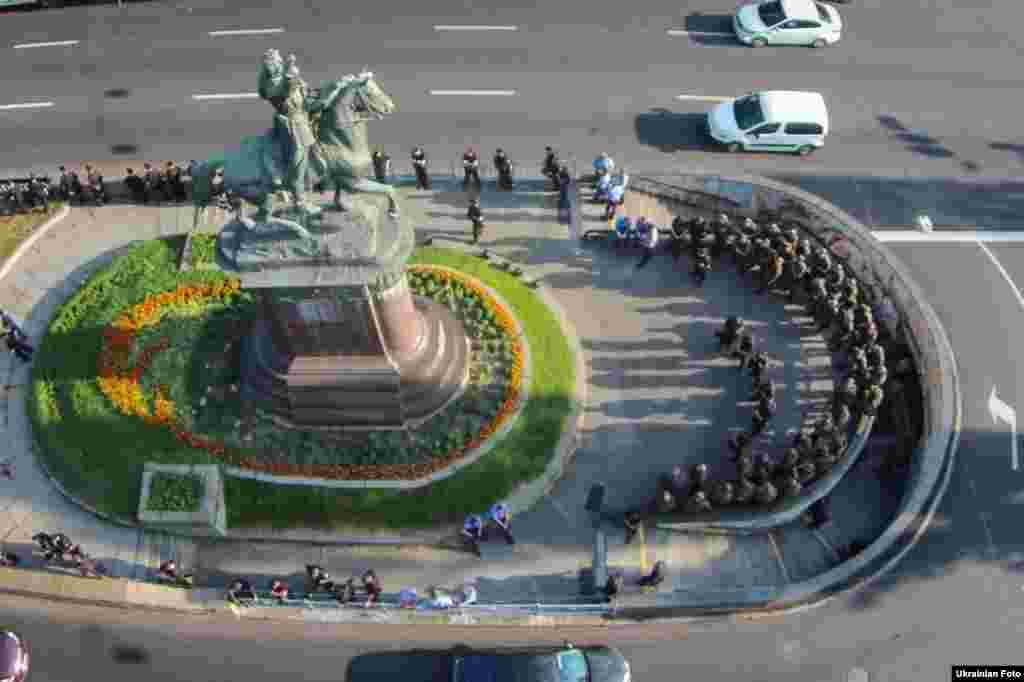Поліція не дозволила знести пам'ятник Щорсу у Києві, 30 червня 2016 року (зйомка з квадрокоптера)