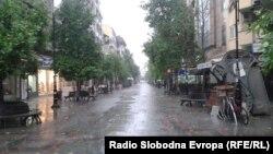 Архивска фотографија: Улица Македонија во Скопје за време на дожд