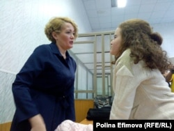 Анастасия Шевченко с дочерью Владой в зале суда