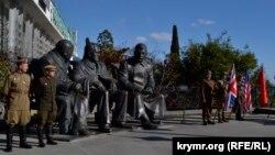 Заходи біля пам'ятника «великій трійці»